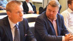 Kuvassa vasemmalla asianajaja Markus Kokko ja oikealla Talvivaaran toimitusjohtaja Pekka Perä.
