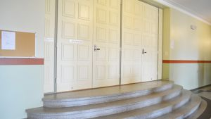Seminaarin oikeussalin ovi.