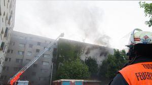 Palomiehet sammuttamassa bunkkerirakennuksessa syttynyttä tulipaloa Hampurissa 4. elokuuta.