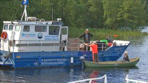 Roopetar -alus kerää romua Päijänteellä.