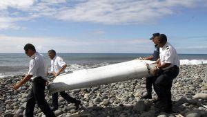 Löytynyttä koneen osaa kannettiin Reunionin saarella 29. heinäkuuta.