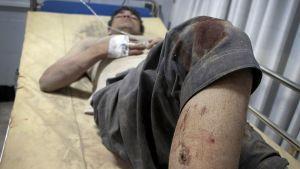 Pommi-iskussa loukkaantunut mies makasi tiputuksessa sairaalassa Kabulissa perjantaina.
