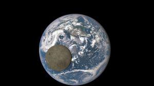 """Nasan julkaisemassa valokuvassa näkyy kuun """"pimeä puoli"""" sinivalkoista maapalloa vasten 16. heinäkuuta 2015."""