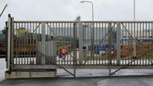 Työntekijä Talvivaaran porttien sisällä.