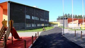 Yhtenäiskoulun pihamaa Huhtasuolla.