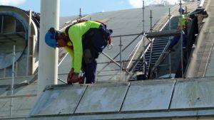 Mies rakentaa kattoa