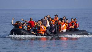 Syyrialaispakolaiset iloitsivat saavuttaessaan Lesboksen saaren rannikon 30. heinäkuuta 2015.