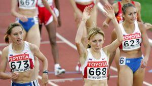 Tatyana Tomashova juhlii Helsingissä 1,500m voittoaan.  Yuliya Chizhenko (R) and Olga Yegorova (L)
