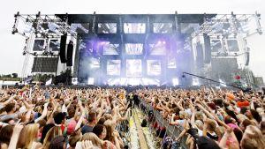 Yleisöä elektronisen musiikin Weekend Festivalilla Helsingissä.