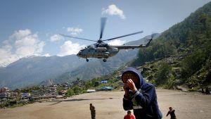 Helikopterit ovat kuljettaneet apua.