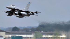 Yhdysvaltain F16-hävittäjä nousee ilmaan Spangdahlemin lentotukikohdasta.