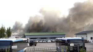 Tulipalo Tattarisuon pienteollisuusalueella Helsingissä.