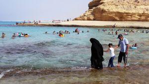 Egyptiläinen perhe vilvoittelee meressä Marsa Matruhissa.