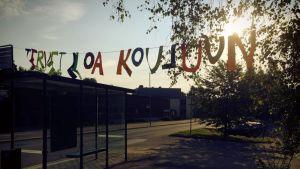 Laajasalon peruskoulun oppilaita odotti ensimmäisenä koulupäivä sympaattinen tervehdys.