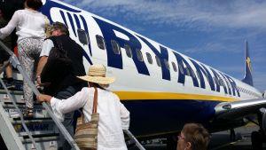 Ryanairin kone lähdössä Bergamoon Lappeenrannan kentältä.