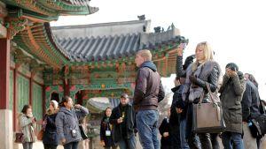 Ulkomaalaiset turistit kuvaavat Changdeokin palatsia Etelä-Korean Soulissa.