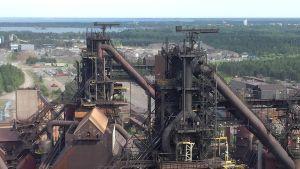 SSAB:n Raahen tehtaan kaksi masuunia kuvattuna maasuunien hiili-injektiolaitoksen katolta