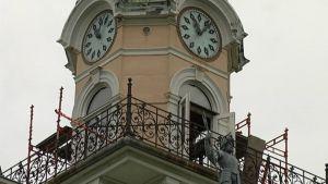 Kaksi kelloa raatihuoneen tornissa.
