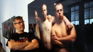Valokuvaaja Pekka Elomaa ja muotokuvan päähenkilöt Olli-Pekka, Jussi ja Eero.