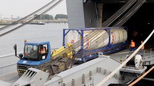 Syyrian hallinnon luovuttamaa sinappikaasua lastataan yhdysvaltalaiseen Cape Ray-alukseen Saksan Bremenissä.