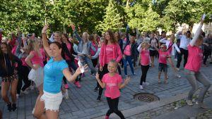 Turun seudun tanssikoulun ja Turun seudun musiikkiopiston yhteinen tanssikulkue Turun taiteiden yössä