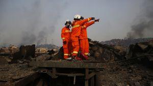 Palomiehet ovat suojautuneet kaasunaamareilla.
