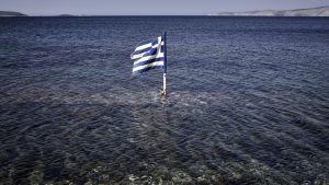 Kreikan lippu kelluu vedessä.