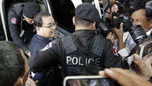 Poliisit taluttavat Hong Sok Houria  Phnom Penhissä.