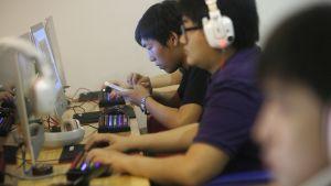 Asiakkaita nettikahvilassa Pekingissä.