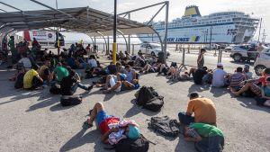 Syyrialaispakolaiset odottavat laivaan pääsyä satamassa Kosilla.