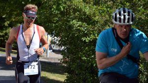 Valtiovarainministeri Alexander Stubb juoksuosuutensa 15 kilometrin kohdalla.