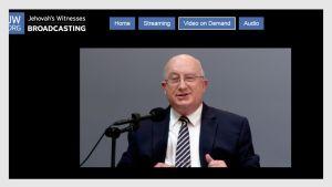 Kuvakaappaus Jehovan todistajien korkeimpaan hallintoelimeen kuuluvan Geoffrey Jacksonin videosta Jehova's Witnesses Broadcasting-nettisivustolla.