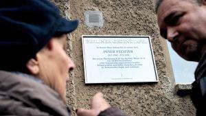 Peter Fechterin muistolaatta kotinsa edustalla Weissenseen alueella Berliinissä.