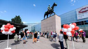 ihmisiä ja ilmapalloja Mannerheimin patsaalla