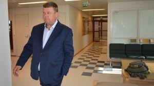 Pekka Perä menossa istuntosaliin.