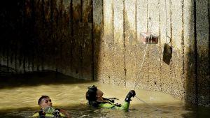 Sukeltajat tarkastavat rakenteita mahdollisten vaurioiden varalta