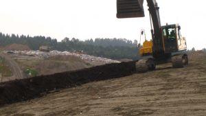 Kontiosuon jäteasema  pintarakenteen tekoa, taustalla näkyy täyttöalue.