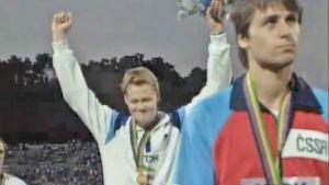 Seppo Räty juhlii keihäskultaa Rooman 1987 MM-kisoissa. Edessä tuima pronssimitalisti Jan Zelesny.