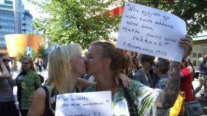 mielenosoitus suudelma sukupuolineutraali avioliittolaki