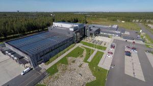 Oulun Energian rakennuttama aurinkovoimala Kalevan painotalon katolla.