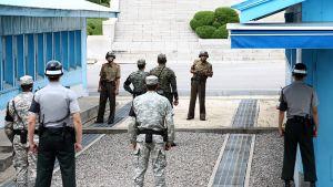 sotilaita seisoo rajalla