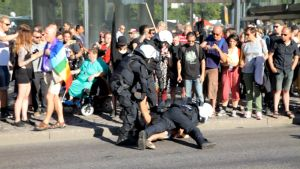 Poliisi pidättää anarkistin