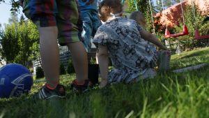 Lapset leikkivät pihalla.