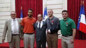 Junahyökkääjän taltuttaneet miehet yhteiskuvassa Ranskan presidentti Francois Hollanden kanssa 24. elokuuta Élysée-palatsissa Pariisissa.