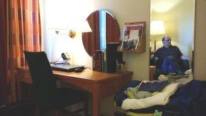 Ilkka Siukosaari istuu hotellihuoneessaan.