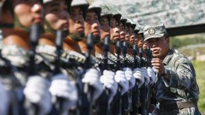 Kiinalaiset sotilaat harjoittelevat syyskuussa Pekinginssä järjestettäviin toisen maaillmansodan päättymisen juhlaan.