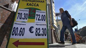 Mies kävelee sisään valuutanvaihtotoimistoon Moskovassa maanantaina 24. elokuuta.