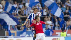 HIFK:n Joni Korhonen (pun.) ja HJK:n Roni Peiponen pallontavoittelutilanteessa 24.8.2015.