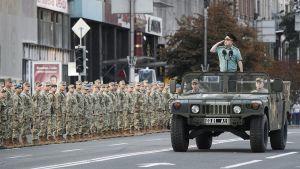 Ukrainan puolustusministeri Stepan Poltorak tervehtii sotilaita Kiovassa 20. elokuuta järjestetyssä harjoitusparaatissa.