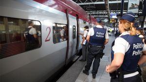 Poliiseja junanvaunun edessä.